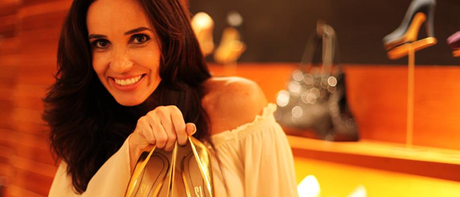 A empresaria Heloisa Costa, franqueada da Santa Lolla apresenta o sapato dourado espelhado, uma das pecas mais cobicadas da Colecao Inverno 2012 da marca.