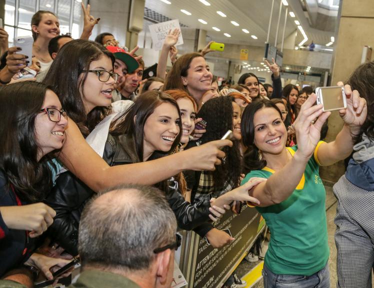 Lana Parrila tirando selfie com fãs