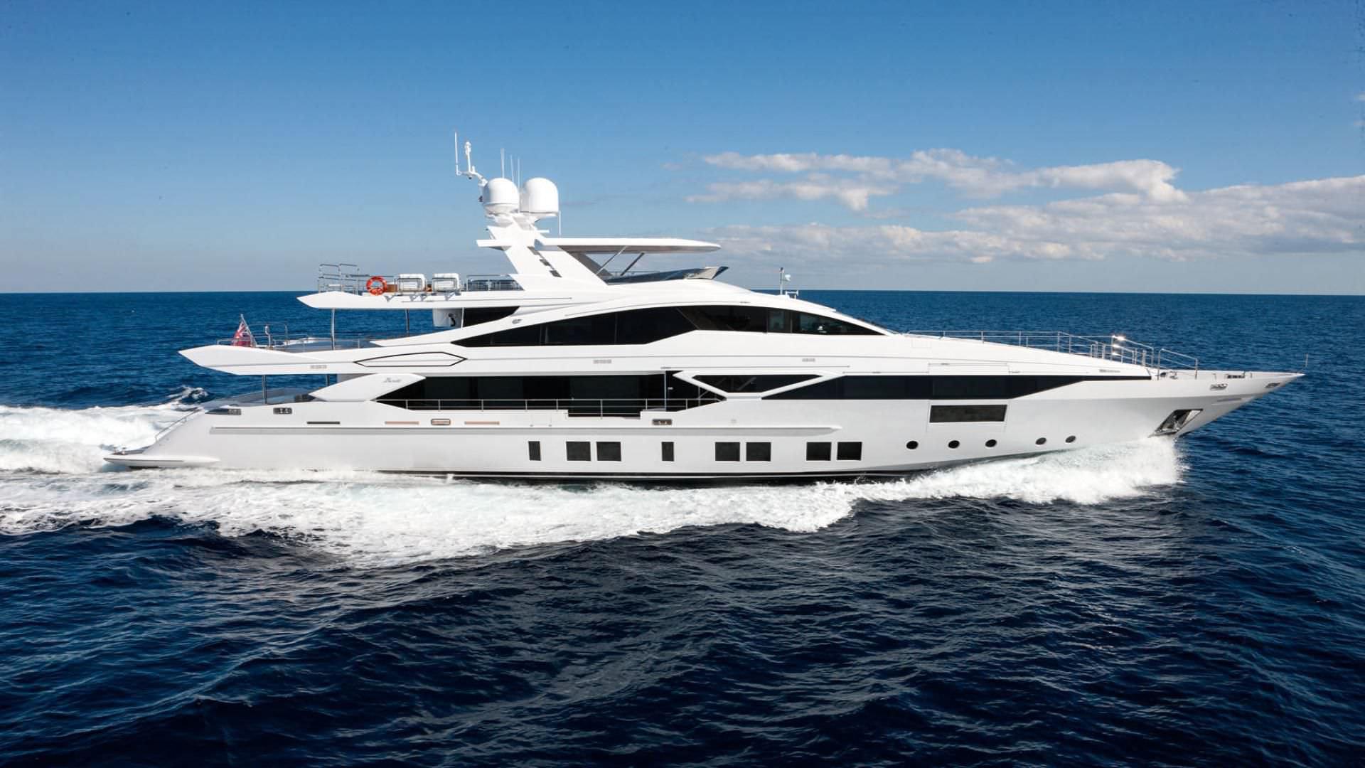 Standard super-yacht / displacement hull / custom