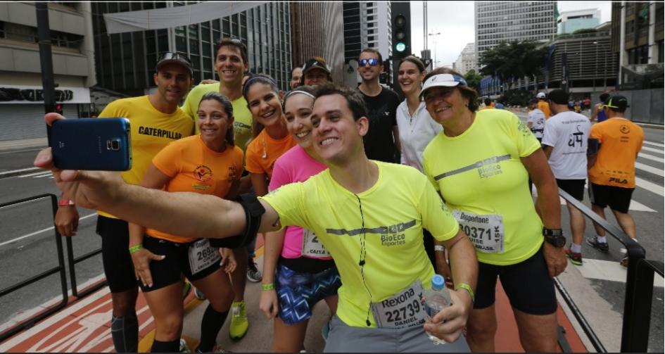 Corredores fazem selfie antes da corrida