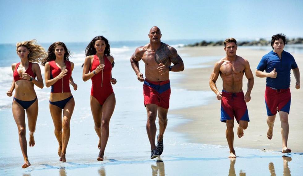 """""""Baywatch"""" estreia na semana com grande elenco. Entre as estrelas estão Dwayne Johnson e Zac Efron. No filme eles são salva-vidas, mas terão que lutar contra uma conspiração criminosa que pode ameaçar o futuro da baía (Foto: Divulgação)"""