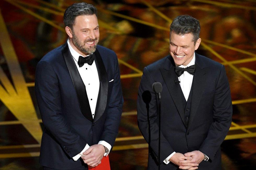 """Ben Affleck, apresentador (na foto, ao lado de Matt Damon), vestindo relógio Montblanc Star Roman Small Second """"Carpe Diem"""" Special Edition."""