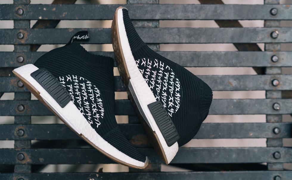 """Conhecida no Japão por mesclar designs clássicos a uma pegada descontraída, a marca japonesa traz seu DNA ao tradicional conjunto firebird e ao sneaker do futuro, o NMD. Simbolizando a união das marcas, os escritos """"United Arrows"""