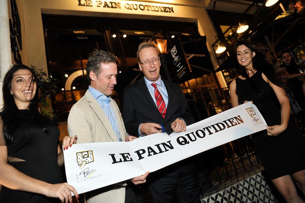 Harold de Fierlant e Charles Delogne cortam a faixa de inauguração (Foto: Paulo Freitas/Reprodução)
