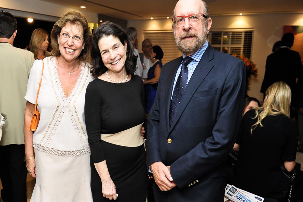 Dra. Michal Lotem entre Renata e Sergio Simon (Foto: Paulo Freitas/Reprodução) Compartilhe: