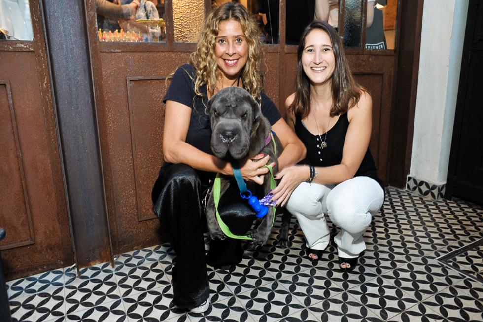 Cris Berger e a pet Ella com Raisa Lima (Foto: Paulo Freitas/Reprodução)