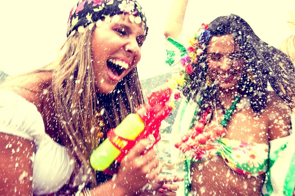 """O repertório é recheado de canções de MPB, marchinhas de carnaval, frevo, rock nacional e músicas infantis. Entre os destaques estão: """"Balancê"""" (João de Barro e Alberto Ribeiro), """"Sonífera Ilha"""" (Titãs), """"Fico Assim Sem Você"""" (Cacá Moraes e Abdullah), """"Atrás do Trio Elétrico"""" (Caetano Veloso), """"Sítio do Pica Pau Amarelo"""" (Gilberto Gil), entre outros."""