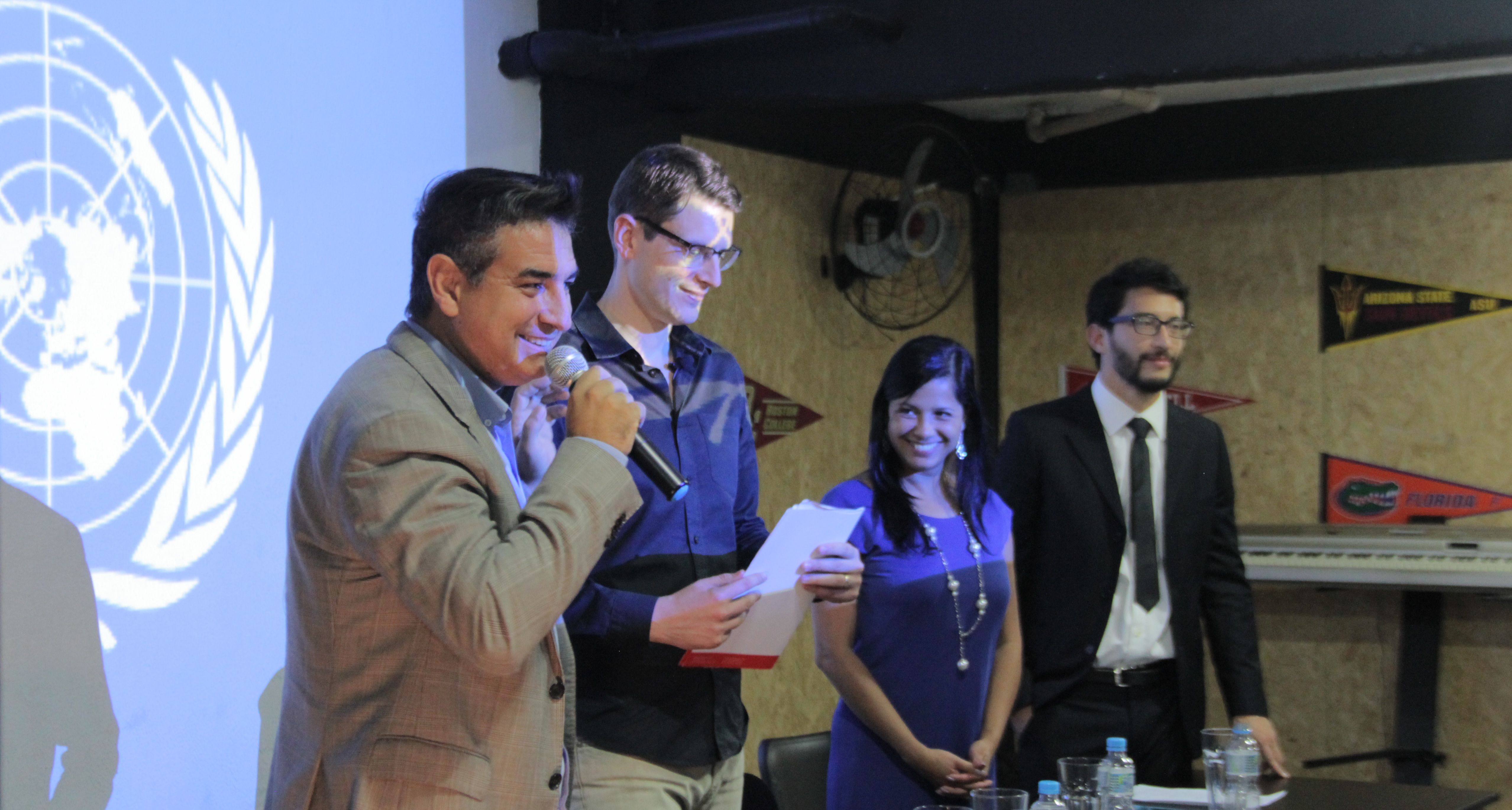 O empresário Gabriel Frozi entrega o relatório dos alunos ao consultor internacional do Instituto Latino Americano da ONU, Marcelo Hodge Crivella