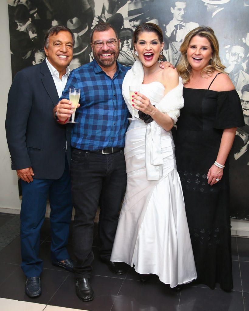 A atriz Débora Reis recebe a familia de Hebe Camargo: sobrinho Cláudio Pessutti e o filho Marcello Marcello Capuano (Foto: Divulgação)
