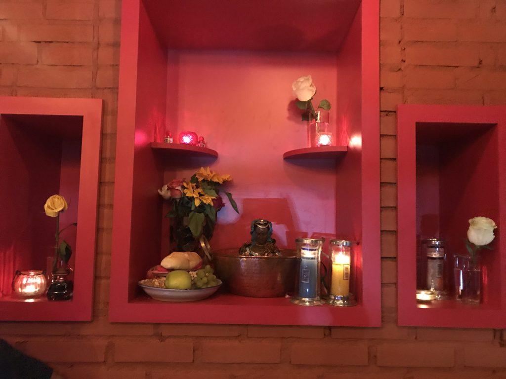 Autar da cigana Sara dá um charme na decoração ( Foto: Claudia Cristina l Cla Cri )