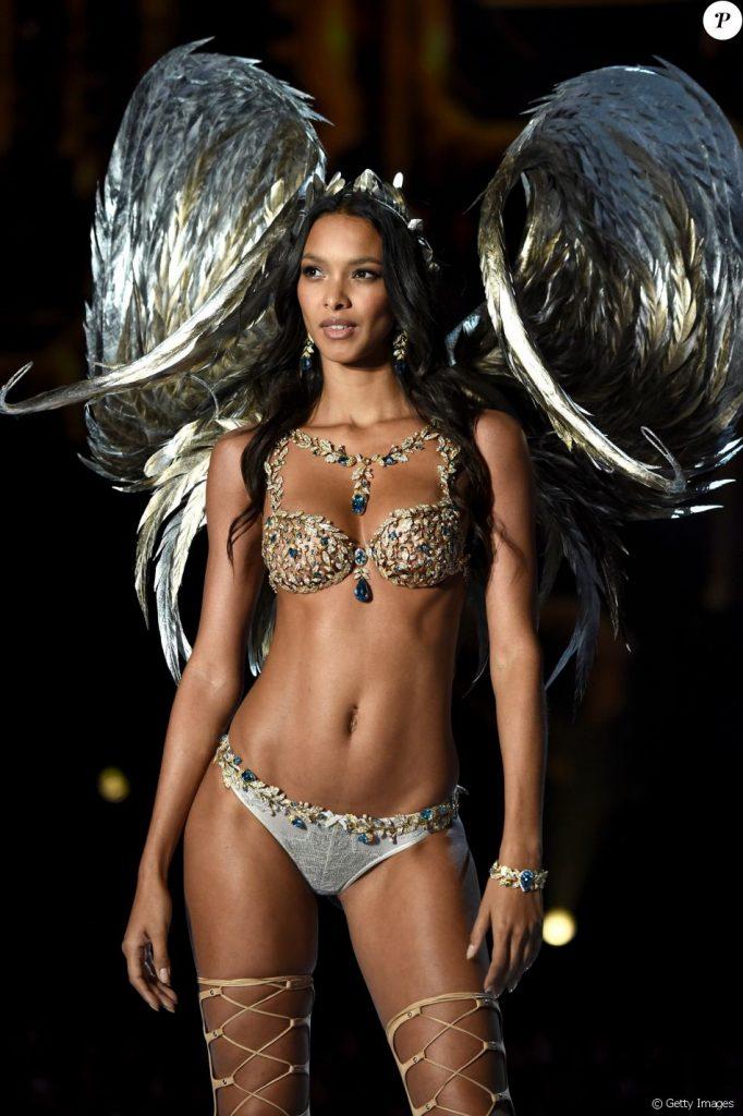 Sutiã avaliado em 2 milhões de dólares na pele de Lais Ribeiro II Créditos: Getty Images