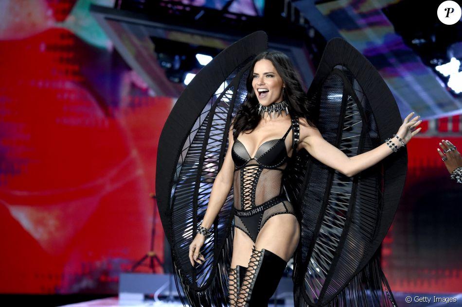 Adriana Lima no pretinho básico II Créditos: Getty Images