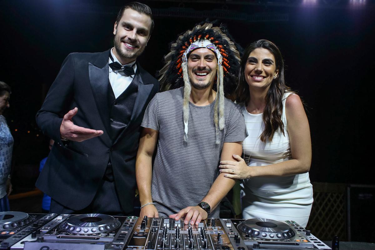 A cerimonialista Raquel Abdu com o ator Paulo Delagnoli e o DJ Guga Guizelini (Foto: Alexandre Rechtman)