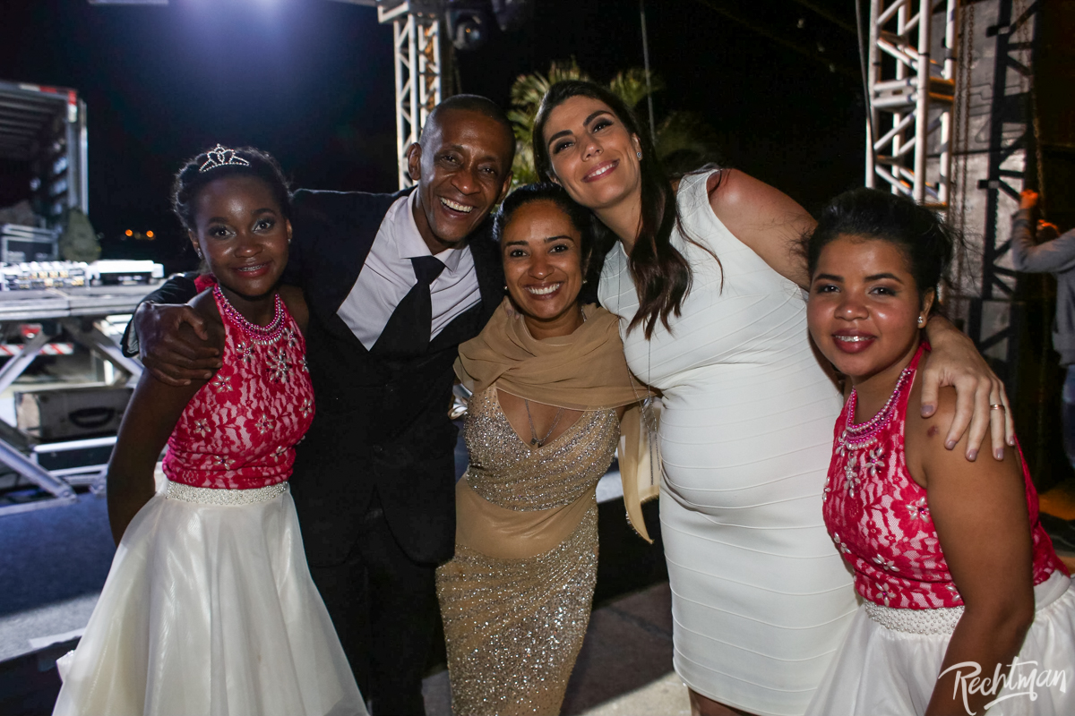 Liliane Barros Marty Caron e Raquel Adbu recepcionam debutantes e familiares (Foto: Alexandre Rechtman )