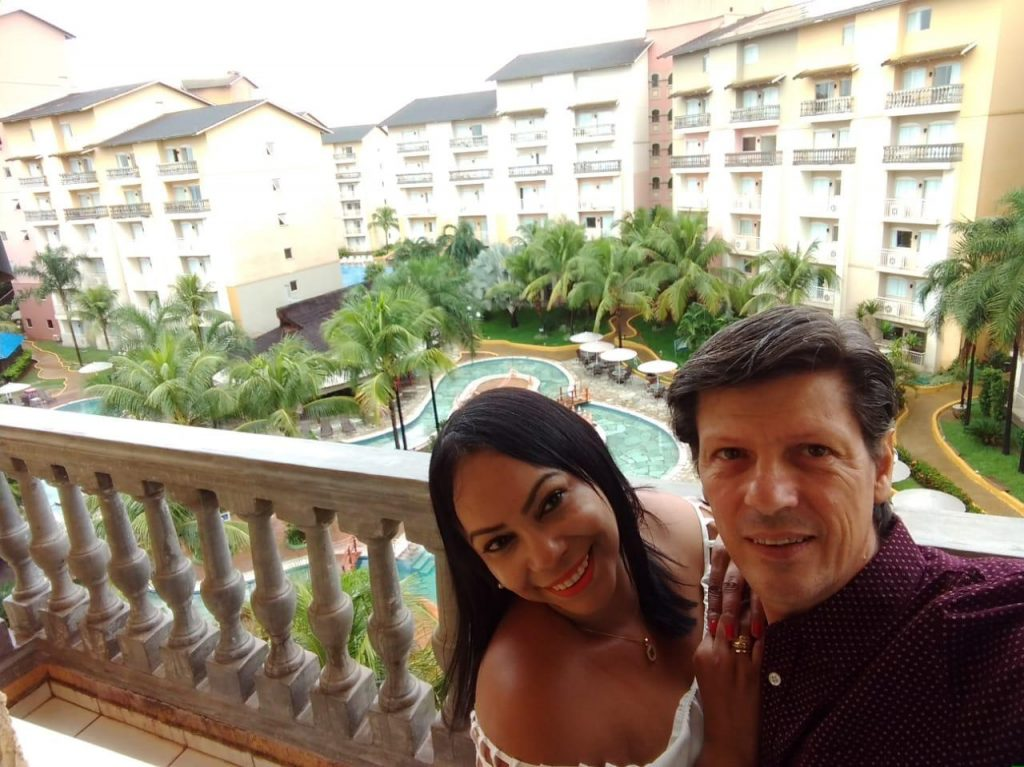 A jornalista Claudia Cristina e Ricardo Corona no terraço do quarto do Nobile Resort Thermas de Olimpia, onde ficaram hospedados - Foto: Cla Cri
