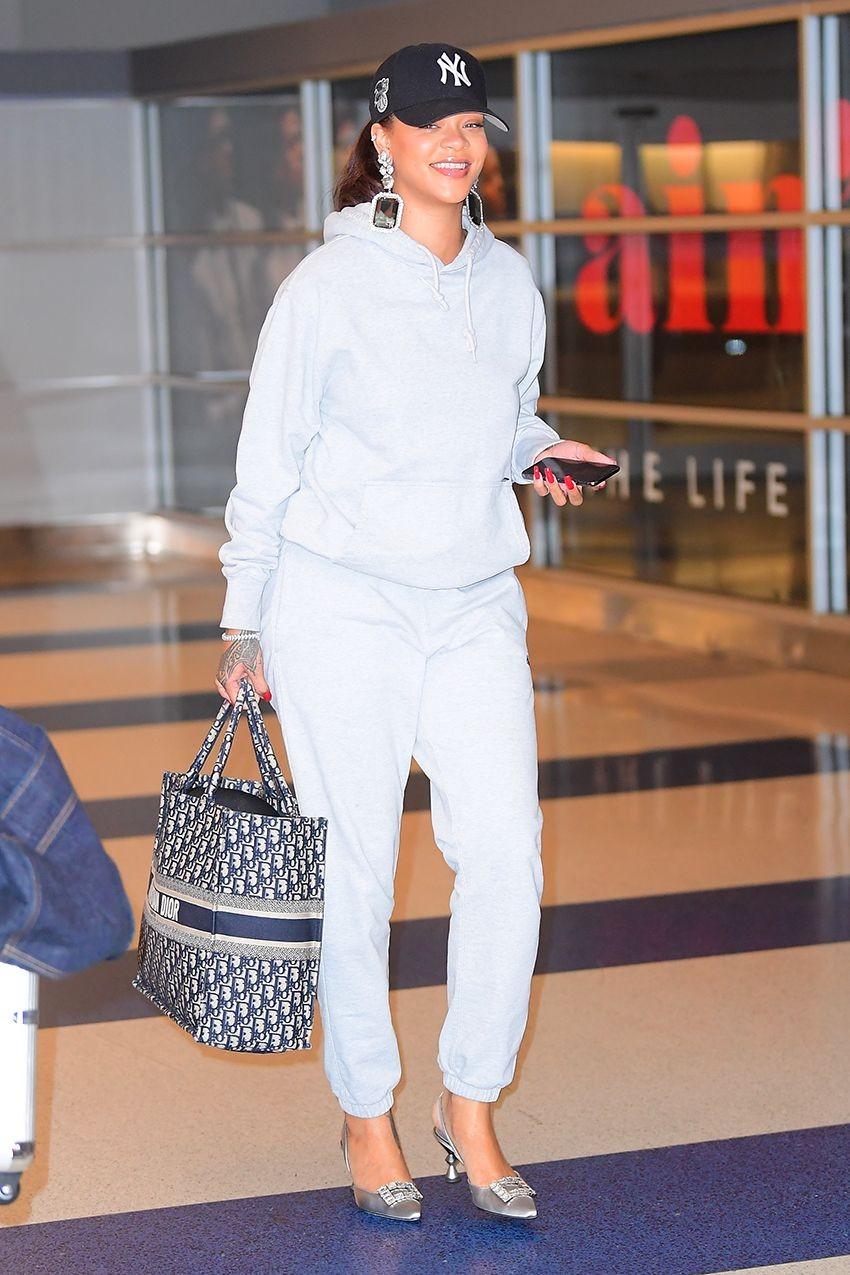 Para Rihanna, claro, os sapatos são incríveis - de escarpins Amina Muaddi ou Manolo Blahnik a botas brancas Jimmy Choo x Off-White. Pense por um lado positivo: aquele sapato que você ama e não pode usar quando vai andar muito, pode animar qualquer look caseiro!